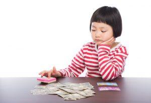 お金を数える女の子