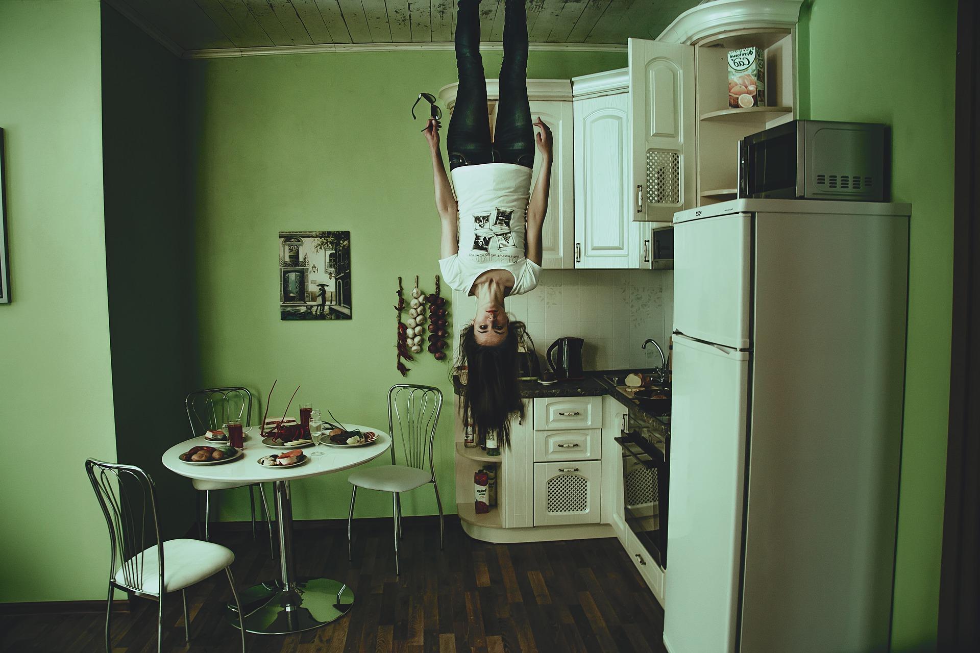 家で悩む女性