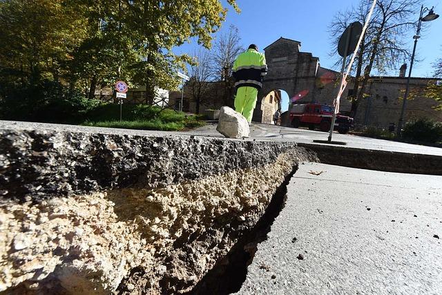 地震後の亀裂した地面