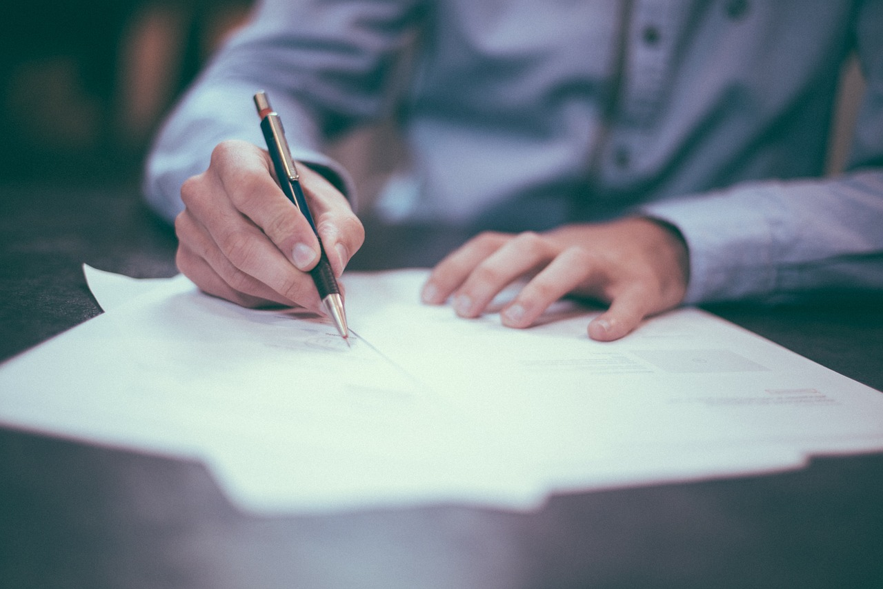 契約にサイン