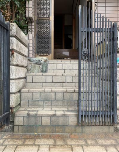 玄関前階段の家
